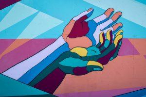 Un dibujo de dos manos que se apoyan entre sí